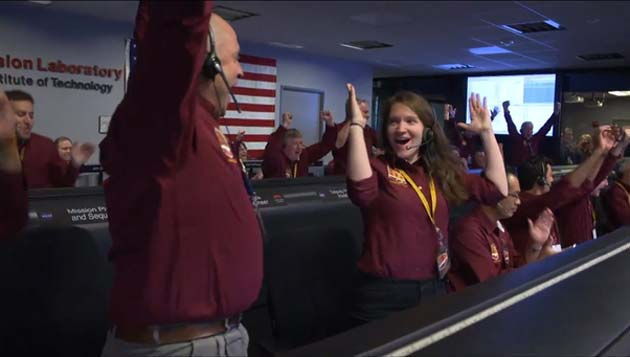 NASA staff celebrate after InSight sends its 'okay' signal. (Source: JPL/NASA)