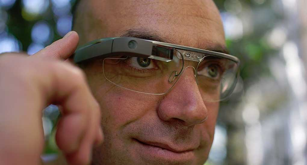 A blogger and entrepreneur, Loïc Le Meur, selected for Google Glass explorer edition shows off wearing Google Glassr
