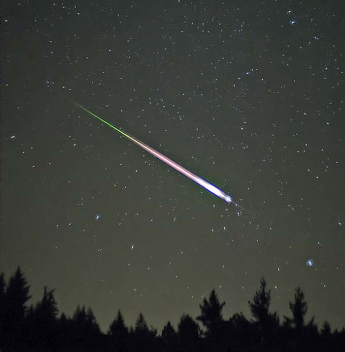 A 'shooting star' from the Leonid shower event of 2009. (Source: Wikimedia Commons)